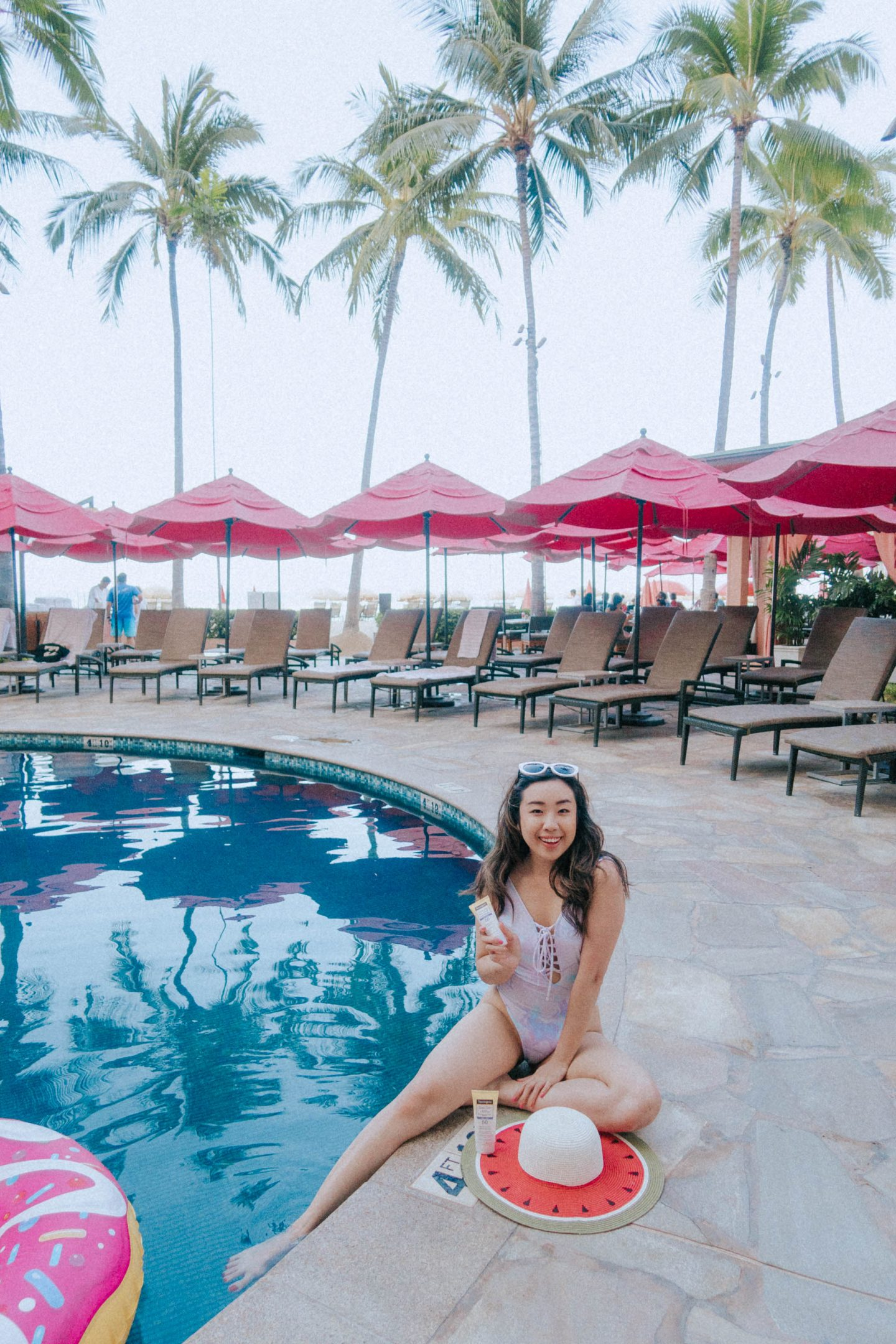 Using Neutrogena's Sheer Zinc Mineral Sunscreen to protect my skin poolside